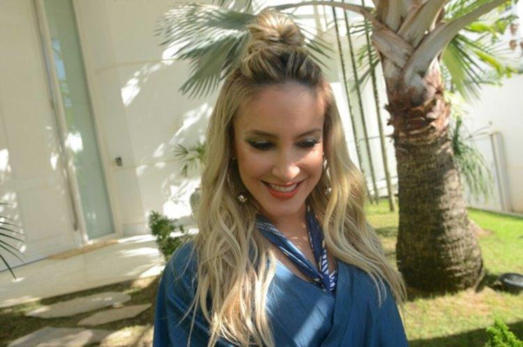 Loira Claudia Leitte linda com belo sorriso 4 Foto